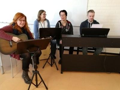 Suvi soittaa Musiikkiklubi Embryon harjoituksissa.