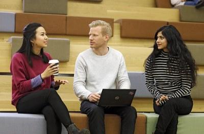 Kasvatusalan vuorovaikutusosaaminen: Opi akateemista viestintää ryhmässä